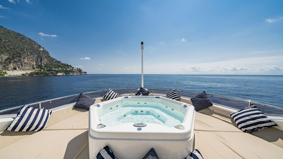 Soak in Complete Luxury – Experience Yacht Charter in Dubai